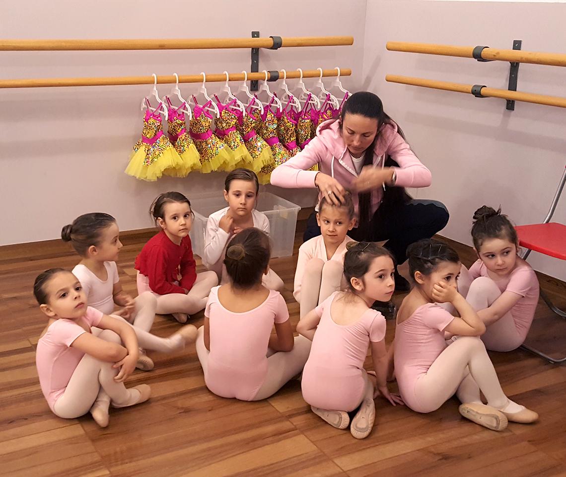 Ballet drem school_Bimbe che si preparano per lo Spettacolo di danza